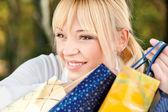 Blond met shopping tassen — Stockfoto