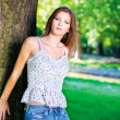Woman on sunny day in park — Stockfoto