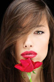 Kvinna och röd ros — Stockfoto