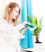 Mujer limpia deja en casa — Foto de Stock