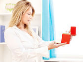 Mujer apertura elegante caja en casa — Foto de Stock