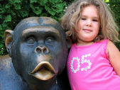 Girl and monkey statue — Stock Photo
