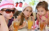Meninas bebendo suco — Fotografia Stock