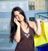 Mladá žena mluví na mobil — Stock fotografie