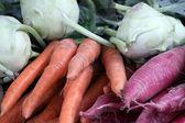 Rape e carote in vendita al mercato — Foto Stock