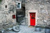 Küçük bir taş köy ile renkli kapı, i̇talya — Stok fotoğraf