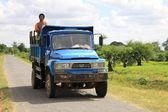ミャンマー労働者と古い青いトラック — ストック写真