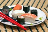 Prato de sushi na toalha de bambu — Fotografia Stock
