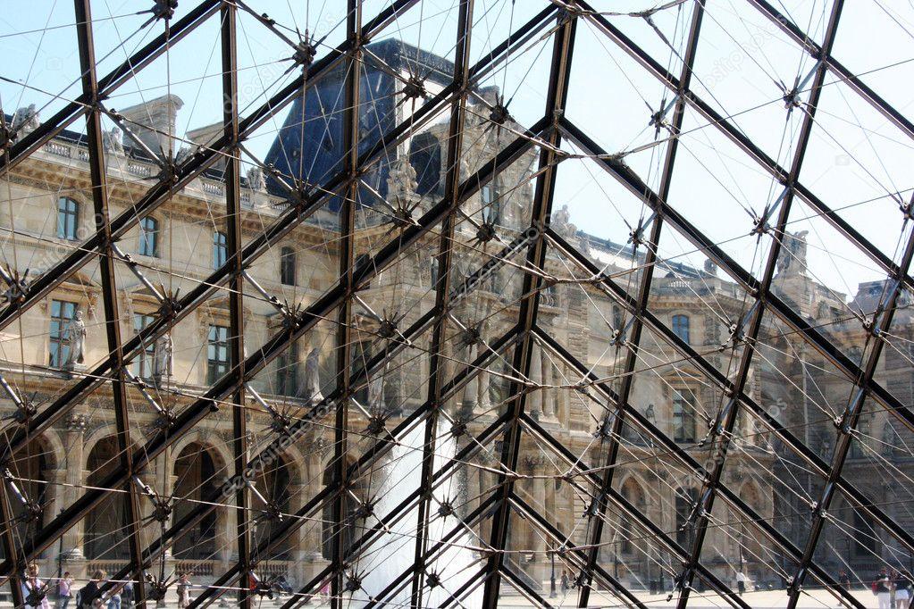 Lint rieur de la pyramide du louvre photo ditoriale for Interieur pyramide
