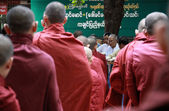Raden av munkar, myanmar — Stockfoto