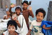 Happy children on U-Bein bridge in Amarapura, Mandalay, Myanmar — Stock Photo