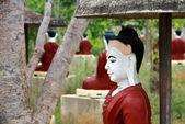 Boeddha's sculpturen in heilige tuin, myanmar — Stockfoto
