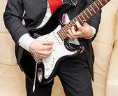 Suonare la chitarra uomo d'affari — Foto Stock
