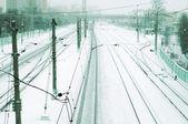 поезд треки на поезд депо в зимний снегопад — Стоковое фото