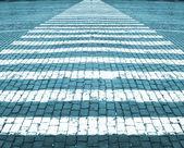 道路マーキングのための石のブロックの道路上の白い線。道路マーキングのための石のブロックの道路上の青い色合い白ライン。青の色合い — ストック写真