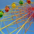 Colorful ferris wheel and blue sky — Stockfoto