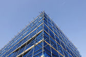 Corner of blue scaffolding — 图库照片