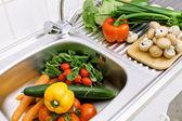 Washing vegetables — Stock Photo