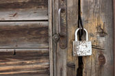 The old rusty lock on a wooden door — Stock Photo