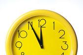 Reloj amarillo sobre un fondo blanco — Foto de Stock