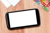Smartphone na stůl s ořezové cesty pro obrazovku. pracoviště, mobilním telefonu, papíru a klipy na pracovním stole — Stock fotografie
