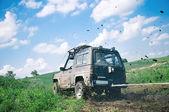 Offroad genom lerigt fält — Stockfoto