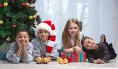 Crianças segurando os presentes de natal — Foto Stock