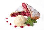 Dondurma ile taze kiraz kek — Stok fotoğraf
