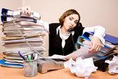 Jovem secretária no telefone — Foto Stock