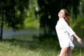 Jovem mulher ao sol — Foto Stock