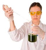 Test di laboratorio facendo giovane donna — Foto Stock