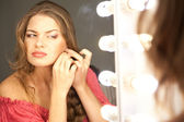 Kooking de la mujer en el espejo — Foto de Stock