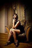 Femme sexy en robe noire — Photo