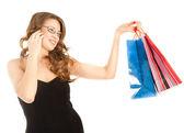 白で隔離される電話での呼び出しの買い物袋を持つ女性 — ストック写真