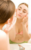 Girl looking to the mirror — Stock Photo