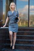 Joven mujer en vestido de gris y negro al aire libre — Foto de Stock