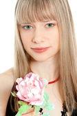 Retrato de mujer joven hermosa sosteniendo una flor — Foto de Stock