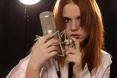 Genç rock'n roll şarkıcısı mikrofon ile — Stok fotoğraf