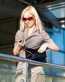 Mooie vrouw met cellphone outdoors — Stockfoto