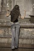 Frau tanzen, in der Nähe von Brunnen im freien — Stockfoto