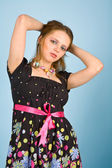 Junge frau im bunten kleid — Stockfoto