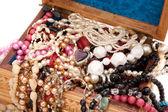 Dřevěný box s drahokamy — Stock fotografie
