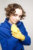 Kudrnaté vlasy žena v plášti — Stock fotografie