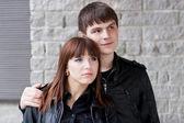 Unga romantiska smilling par utomhus — Stockfoto
