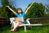女人享受阳光 — 图库照片