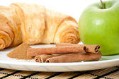 Green apple, cinnamon, cornetto — 图库照片