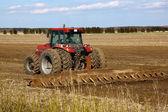 Traktor odlade fält — Stockfoto