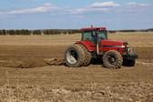 Paysage agricole. tracteur labourant les champs — Photo