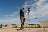 Surveyor da terra no canteiro de obras — Foto Stock