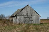 Stará dřevěná stodola. — Stock fotografie